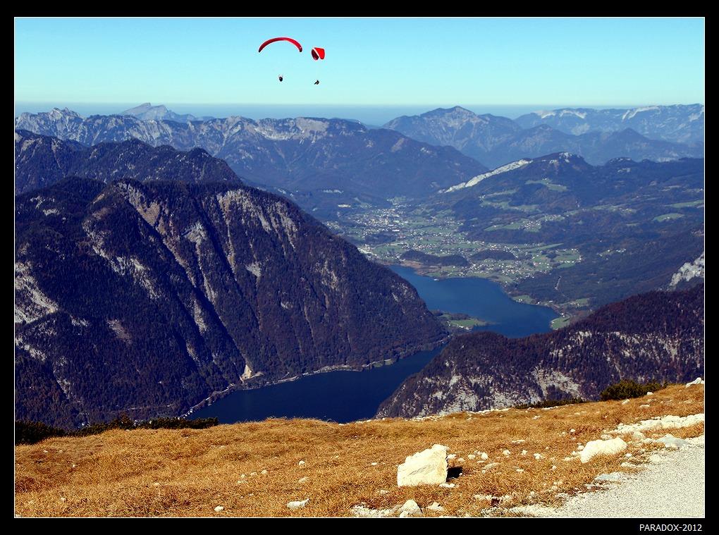 *  *  *Люди летают. Но не так, как птицы ...Парапланеристы над горным массивом Дахштайн и озером Хальштаттерзее на высоте 2240 м, Верхняя Австрия.*  *  *