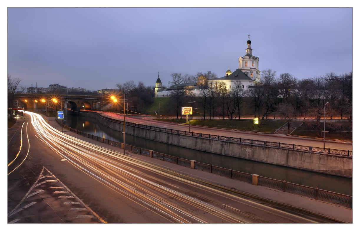 Вид на Андроников монастырь с автомоста над р.Яузой, Москва. Погода пасмурная, малоцветастая... :)