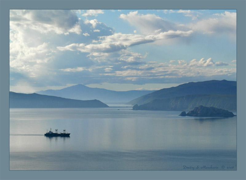 Корабль на входе в бухту Нагаева (Магадан), на заднем плане мыс Островной и остров Недоразумения.