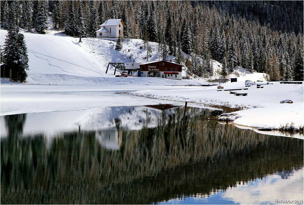 """*  *  *""""Синее спокойное озеро в глубокой раме гор, окрыленных вечным снегом, темное кружево садов пышными складками опускается к воде, с берега смотрят в воду белые дома, кажется, что они построены из сахара, и всё вокруг похоже на тихий сон ребенка""""Максим Горький """"Сказки об Италии"""" *  *  * Италия, Доломиты, Ауронцо ди Кадоре на озере Мизурина."""