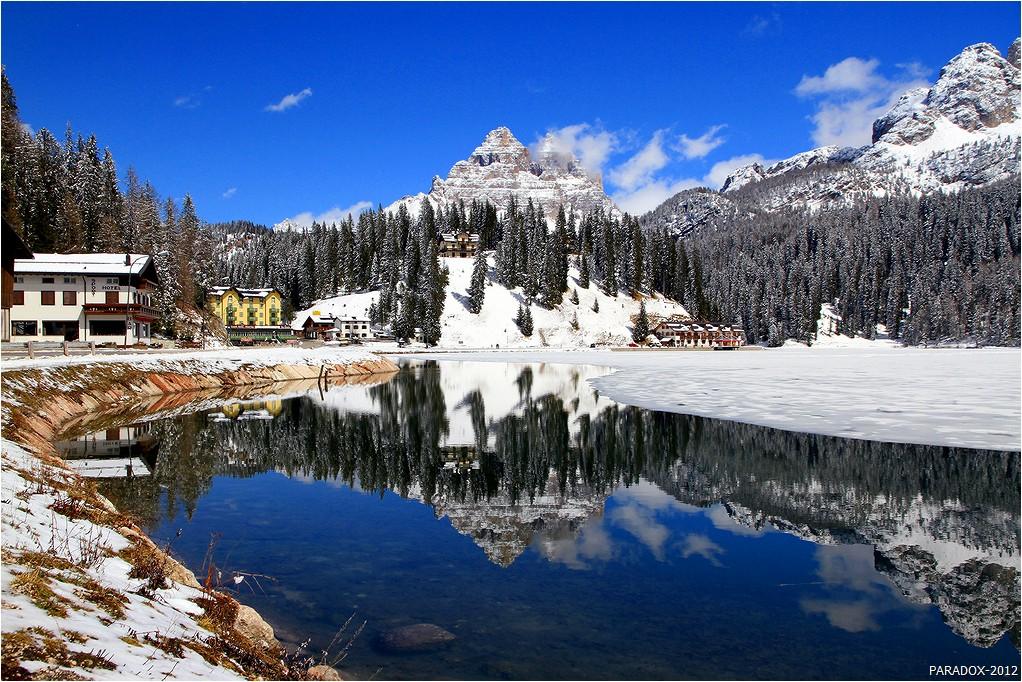 *  *  *Нигде так, как в Итальянских Доломитах ясным морозным днем не ощущается слияние синевы неба с синевой озера, а снежная окантовка водного зеркала в сочетании с благородной сединой гор довершает эту удивительную гармонию природы ...Всех с наступающим Новым годом - красоты и счастья !*  *  *Ледниковое озеро Мизурина и горный массив Tre Cime di Lavaredo.