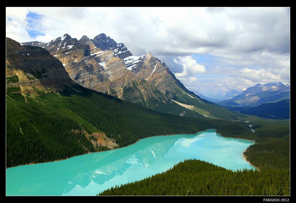 """*  *  *  В 1887 году 18-летний англичанин Уильям Пейто переселился в Канаду и стал впоследствии исследователем Скалистых гор, смотрителем парка Банф. Названное в честь него озеро ледникового происхождения, летом частицы скального льда в """"компании"""" с преломлением света окрашивают его живописной бирюзой. Форму озера сравнивают с головой волка, но я бы сравнил с мордочкой лисицы ...  *  *  * Озеро Пейто, Национальный парк Банф, Канада"""