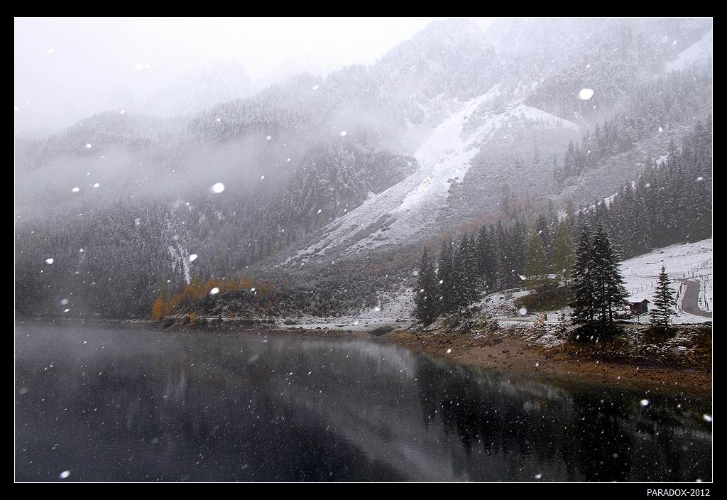 *  *  *Сухая ясная погода внезапно сменилась первым снегом. Он был, как первая любовь неожидан, и так же, как она быстротечен ...*  *  *Австрия, Альпы, горный массив Дахштайн и озеро Госау
