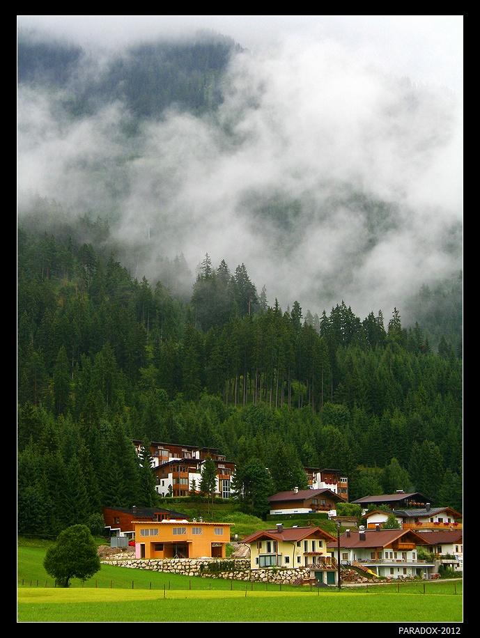 *  *  *Да, отшумела, как ни жаль,Тех восхождений перекличка.Во глубине Австрийских АльпДуши останется частичка ...*  *  * Австрия, Альпийская деревушка Лофер. Используется как базовый лагерь для восхождения на отвесные скалы Лоферерских Альп.