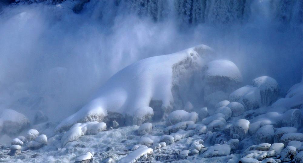 И вновь Ниагара, подножье Американской части водопада если смотреть из Канады