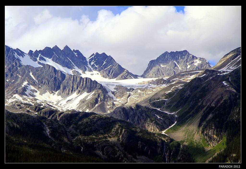 *  *  *Этот перевал считается объектом повышенной лавионоопасности.Здесь 5 марта 1910 г. мощная лавина обрушилась на отряд из 60 рабочих, расчищающих дорогу со снегоочистителем весом в 100 тонн. В живых остался лишь один из рабочих, а раздробленный снегоочиститель был заброшен лавиной на соседний склон.*  *  *Западная Канада, Национальный парк Глейшер, перевал Роджерс.