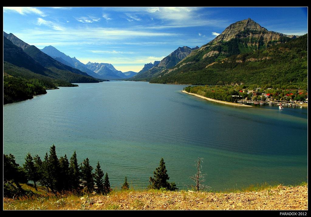 *  *  *Канадский парк Уотертон Лэйкс граничит с американским парком Ледников и образует первый в мире Международный природный парк. Граница проходит по озеру Уотертон. В северной части его находится залив Эмеральд (Изумрудный), который своим названием обязан бирюзовому цвету воды ...*  *  *Канада, Emerald Bay, Upper Waterton Lake.