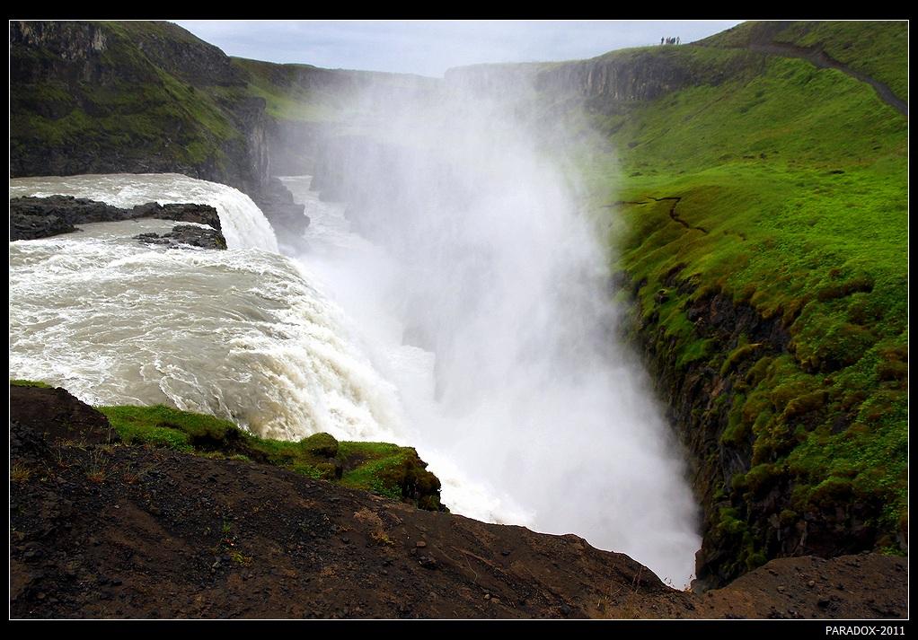 *  *  *В Исландии более 10 тысяч водопадов - при населении в 300 тысяч человек на каждые 30 жителей приходится один водопад !Гульфосс - Золотой водопад - один из самых известных, постоянно входит в списки 10 лучших водопадов мира. Образован вулканической активностью в ледниковый период.*  *  *
