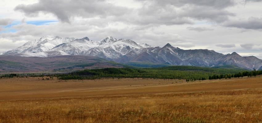 Мунку-Сардык — высшая точка Саян. Массив вершины Мунку-Сардык относится к хребту Большой Саян, однако район скальных хребтов с гольцами здесь небольшой (и южная его половина отсится к Монголии) и к северу от Мунку-Сардык находится плоскогорье, на котором берут начало реки Ока, Иркут и Китой. Панорама из пяти вертикальных кадров. Снято с пограничного поста Монды. Видно юго-восточную часть вершины.