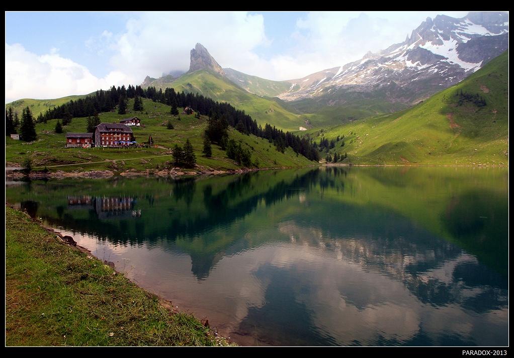 * * *    Как часто, бросив взор с утесистой вершины,    Сажусь задумчивый в тени древес густой ...                                   Ф.И. ТютчевМне вновь пригрезилось - ты рядом,Волненье сердца не унять.Озер небесные нарядыТебя стремятся удержать ...* * *Горное озеро Баннальп, Центральная Швейцария, кантон Нидвальден