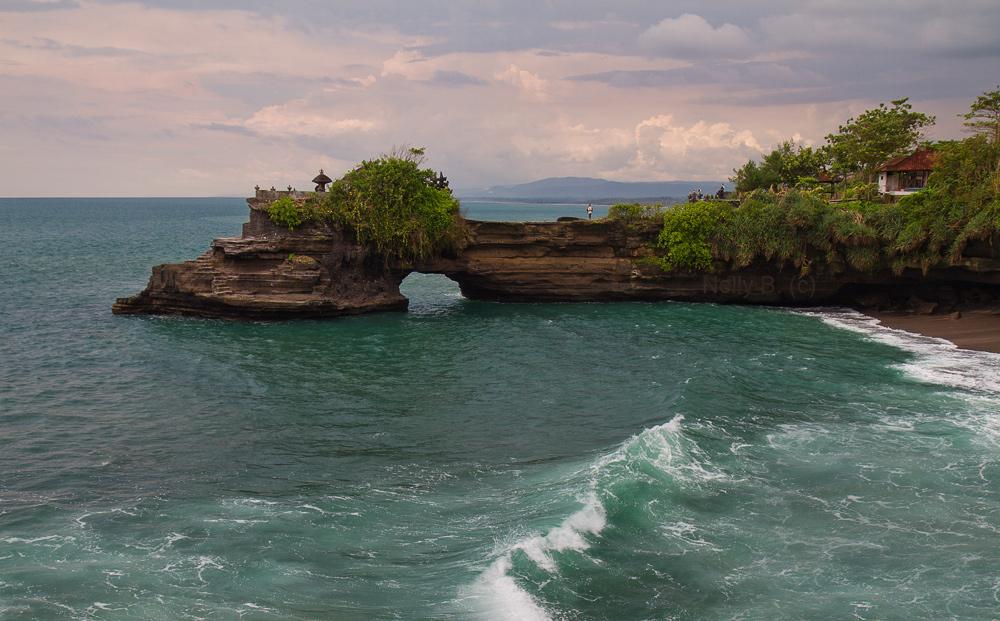 """Жертвенник  Бату Болонг - один из """"охранников"""" известного балийского храма  Тана Лот.Стоит на крошечном мысе, связанном с сушей природным узким мостиком."""