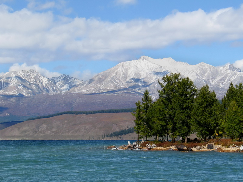 Мунку-Сардык — горный массив в Восточном Саяне, в Бурятии.Состоит из 6 вершин, высота до 3 491 м (гора Мунку-Сардык, высшая точка Саян). Сложен гранитами. В речных долинах до высоты 2000 м встречаются леса, выше на склонах — альпийские луга, горные тундры и каменистые россыпи. На Мунку-Сардыке — несколько небольших ледников (общая площадь оледенения 1,3 кв.км).Снято с озера Хубсугул (Монголия).