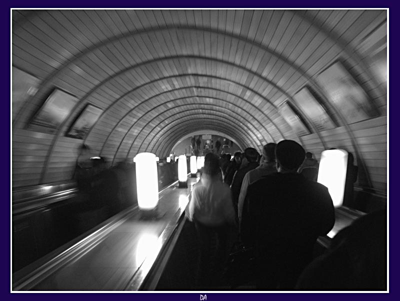 когда турникетами били по воздуху, был только красный, зачем нам билет? от ветки до ветки слонялись попросту, вагон уезжает, а нас там нет. а мы, парапетами тайно укрытые, прятали лица от сотен людей. забрызганы искрами, гулом избитые... поднимемся лучше наверх поскорей!..
