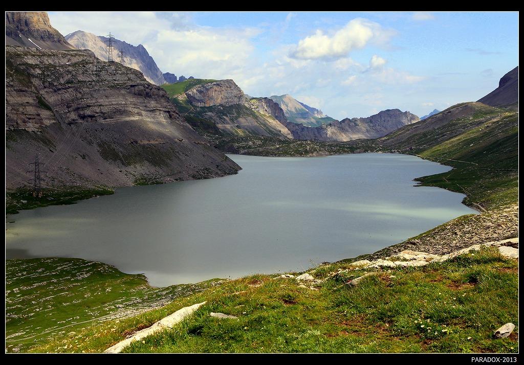 *  *  *Не видимое снизу, это затерянное в Альпах озеро то открывается взору идущего, то скрывается за скалистыми горами ... Окружено трехтысячниками Валлийских и Бернских Альп.*  *  *Озеро Daubensee, Швейцария, кантон Valais