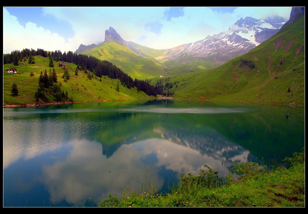 *  *  *Мне в людных местах не хватает озона ...Когда задыхаюсь в больших городах,То в памяти вновь возникают озера,Тем более это озера в горах.*  *  *Швейцария, Бернские Альпы, озеро Bannalpsee