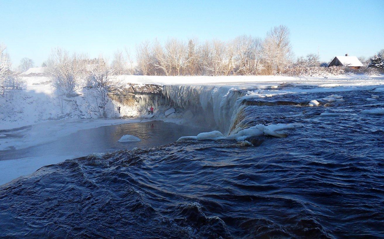 """Водопад Ягала""""В 25 км от Таллинна находится один из самых красивых полноводных водопадов Эстонии – Ягала , и в 4 км от впадения реки в Финский залив. Это самый широкий и мощный природный водопад в Эстонии, вода срывается с обрыва потоком, с высоты 8 метров.""""Из серии:http://www.lensart.ru/picture-pid-623d1.htm?ps=11"""