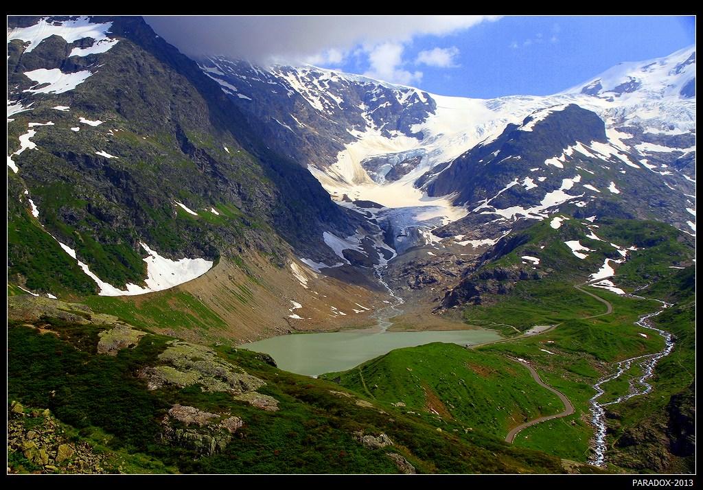 *  *  *Большинство горных перевалов Швейцарии радуют живописными видами, но далеко не каждый имеет в своем арсенале вид на озеро и ледник ...*  *  *Вид с перевала Sustenpass на озеро Steinsee и зеркальный ледник Steingletcher