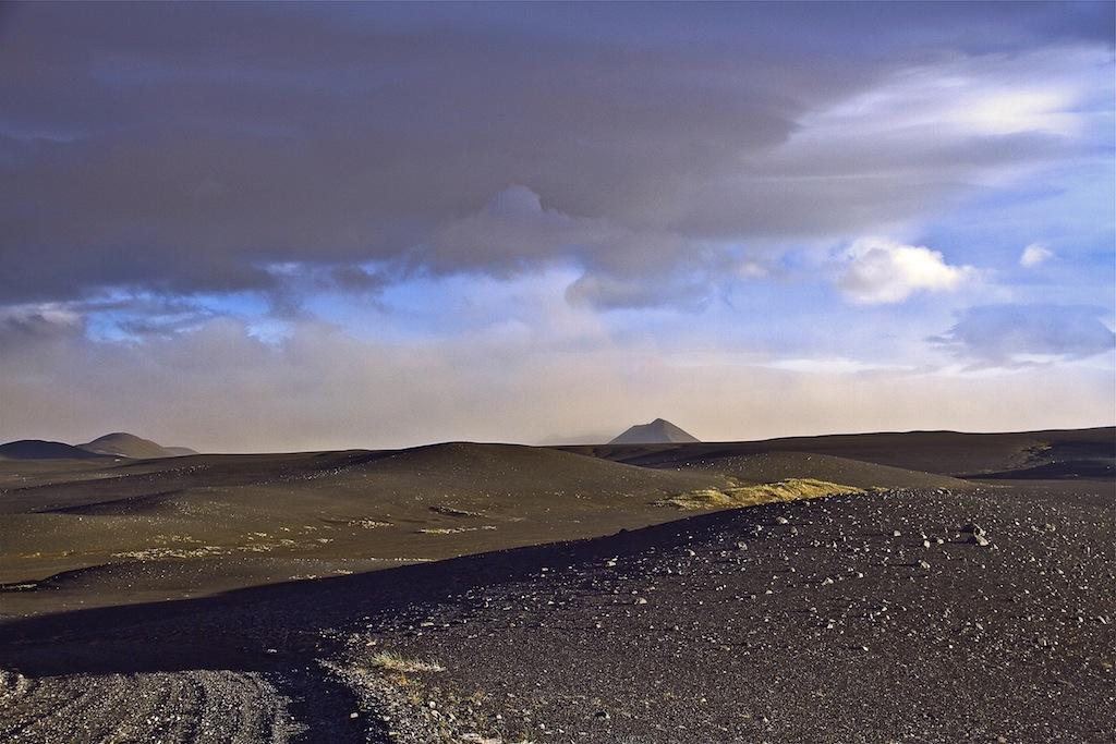 Фотография выполнена в Северо-Западной Исландии, по дороге к кратеру Аскья.Примечательно, что время съемки - 23:30, а еще далеко до заката. Июль 2013