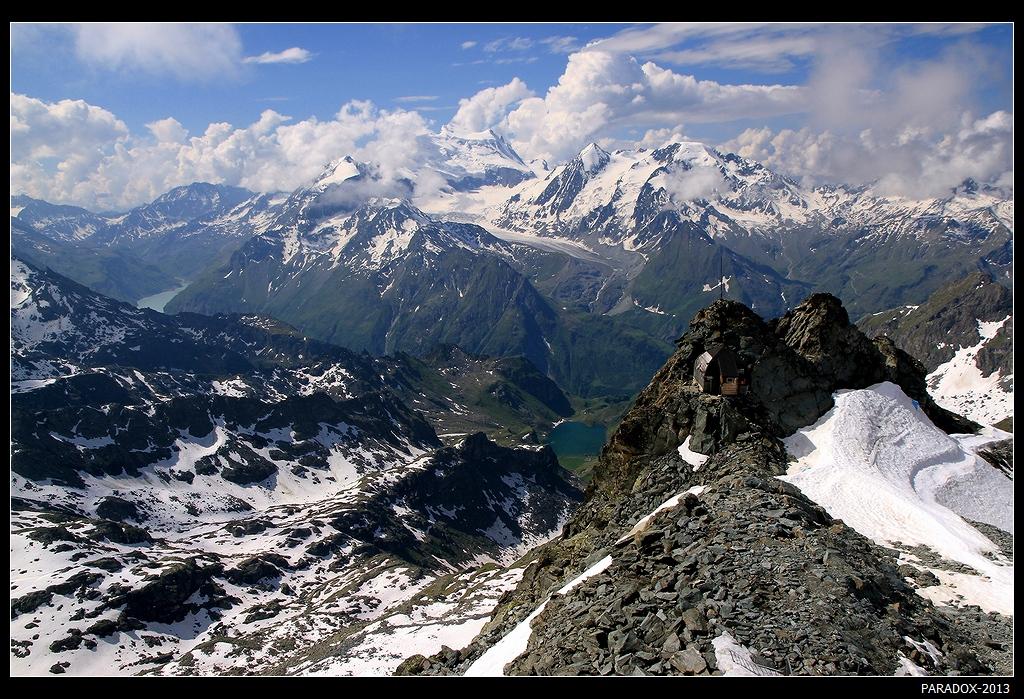 """*  *  *""""Я вижу самую знаменитую вершину Альп - легендарный Маттерхорн высотой 4478 м"""", - сказало 1-е озеро, играя изумрудными красками воды. А я вижу не менее знаменитый Монблан, высочайший пик Западной Европы на высоте 4810 м !"""" - не осталось в долгу 2-е озеро ...*  *  *Съемка с горной вершины Mont-Fort на высоте 3330 м, открывающей вид на более чем 20 альпийских четырехтысячников. Швейцария, Валисские Альпы."""