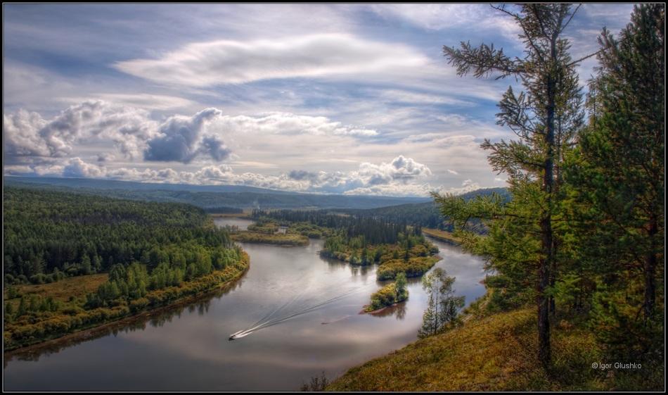 Стрелой промчится лодка по реке,Коснется робко берега волна...Но, лишь мотор затихнет вдалеке,Расправит покрывало Тишина...______________________река Лена. Иркутская область