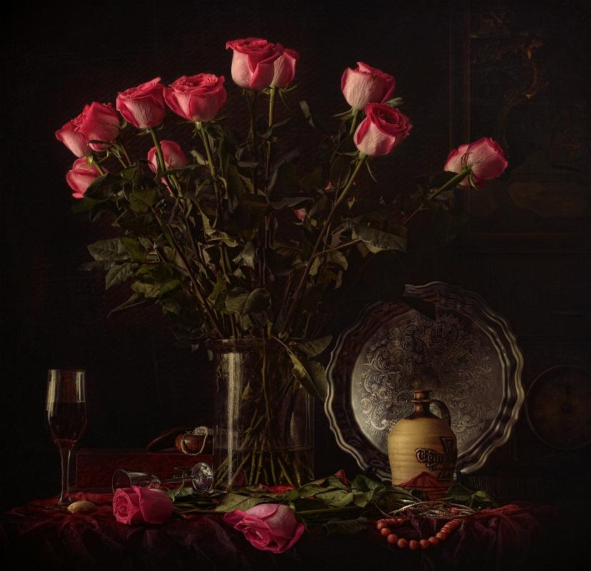 """Во времена падения Рима роза служила символом молчания. В то время было опасно делиться своими мыслями, поэтому во время пиршеств, на потолке залов вешали  розу, взгляд на которую заставлял многих сдерживать свою откровенность. Так появилось выражение """"sub rosa dictum"""" - сказанное под розой, т.е. под секретом."""