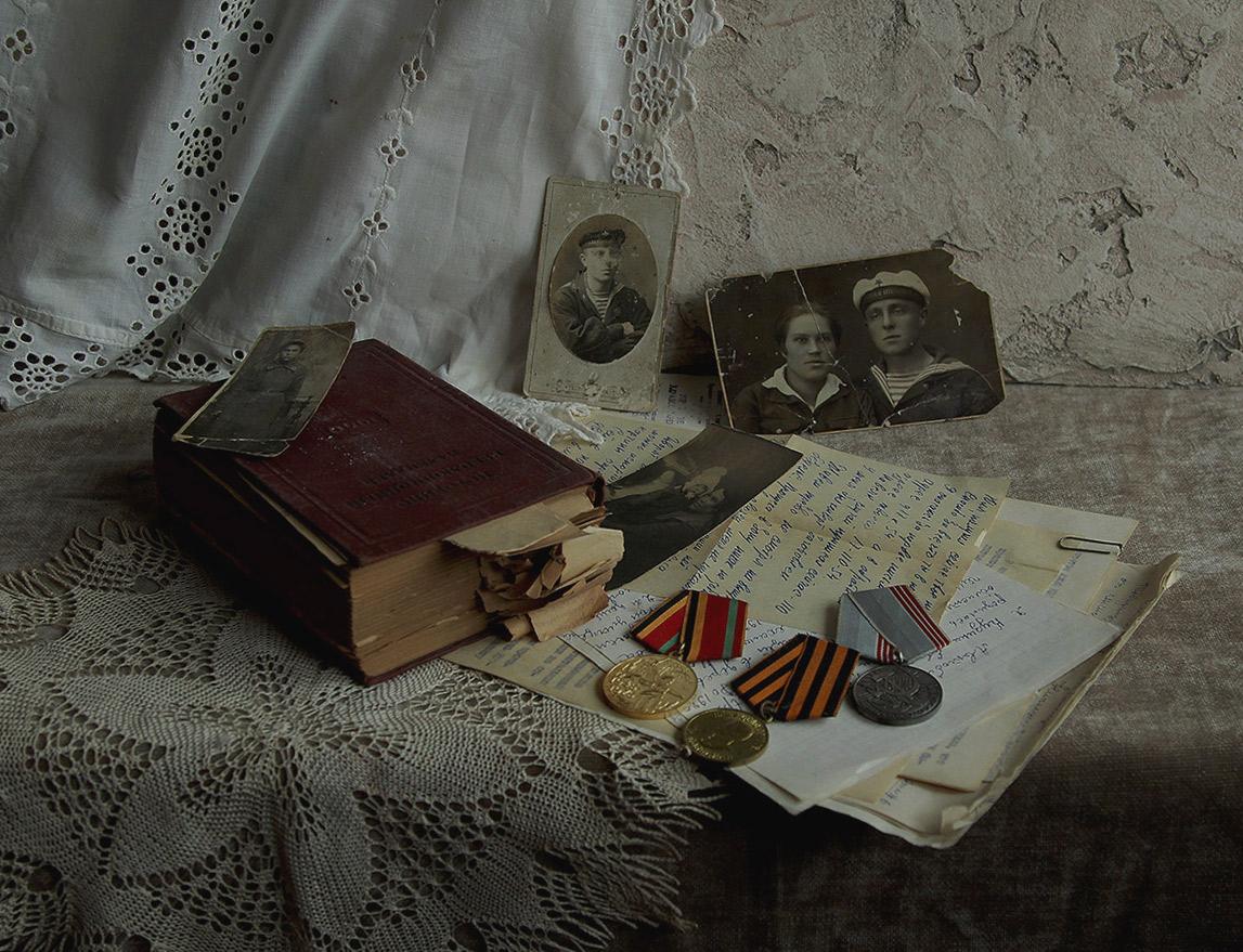 Нет в России семьи такой, Где не памятен был свой герой. И глаза молодых солдат С фотографий увядших глядят.