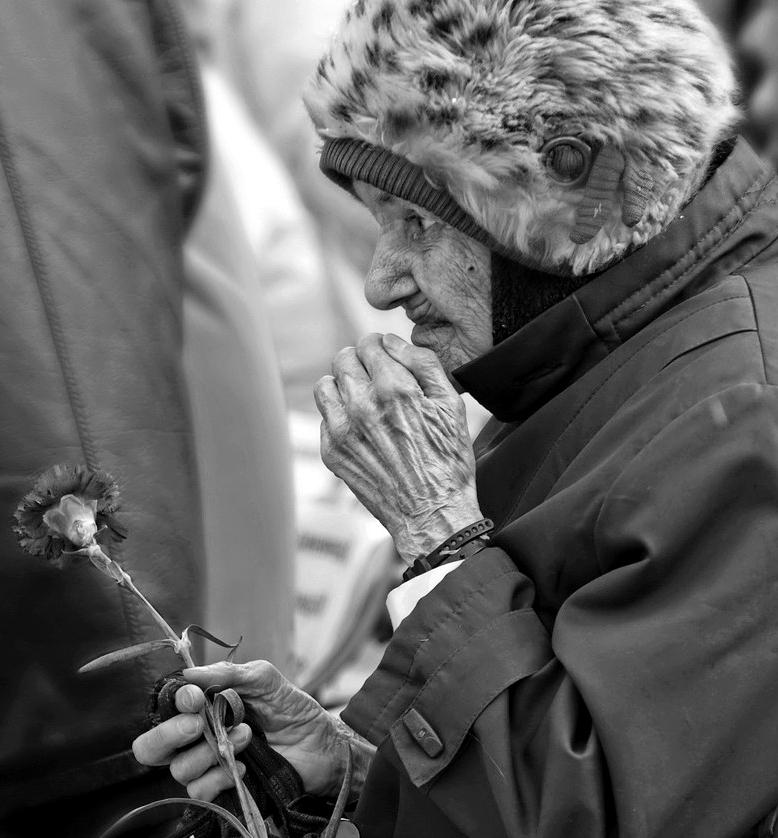 Эту бабушку снимала три года подряд, и каждый раз видя ее на 9 мая ,радовалась, еще год прожит.. Здоровья ей и огромное спасибо .. за ВСЕ.