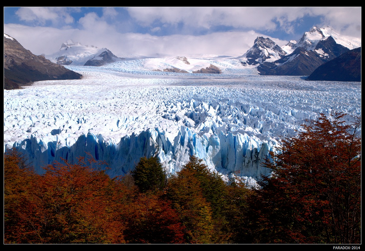 *  *  *  Стою у края ледника,  Струится путь непроходимый.  У гор клубятся облака,  Чтоб пар свой выпустить на льдины.        *  *  * Южнопатагонское Ледниковое Поле. Ледник Перито-Морено, северная сторона, Аргентина, Санта-Крус. Апрель 2014 (в Аргентине соответствует октябрю).