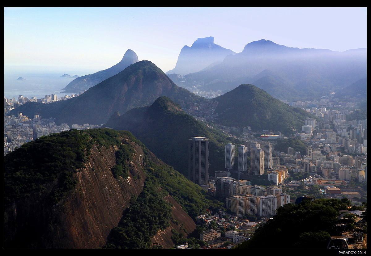 """""""Бог сотворил мир за шесть дней, а весь седьмой посвятил Рио-де-Жанейро"""", -                                    так считают кариоки - коренные жители города. *  *  * Повидал я очень много Самых разных городов. Но один лишь Город Бога - Над заливом, средь холмов ... *  *  * Рио, вид с горы Сахарная Голова."""