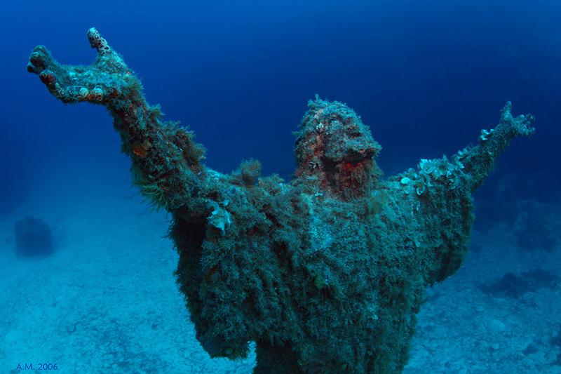 Статуя Христа усановленная на глубине 30 метров, в память о погибших моряках.Средиземное море около о-ва Мальта. Местные говорят, что это заслуга Кусто.