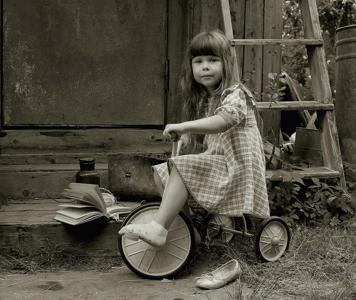 Куда уходит детствоВ какие городаИ где найти нам средствоЧтоб вновь попасть туда....