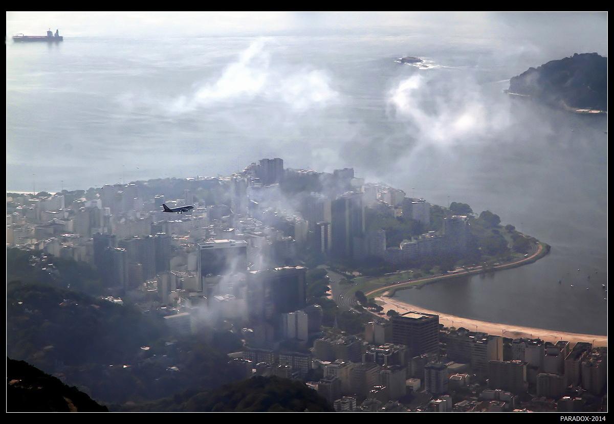 *  *  * Волшебное что-то У этой земли. Скользят самолеты, Парят корабли.      *  *  *Рио де Жанейро. Вид с вершины горы Корковадо
