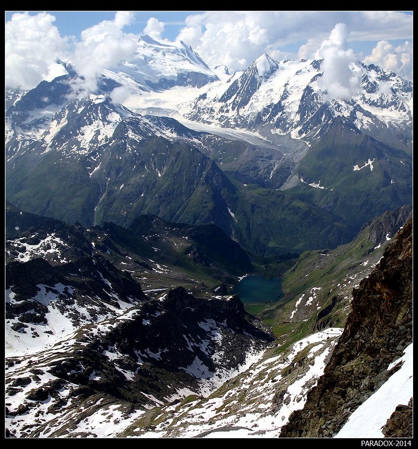 *  *  *Альпийские вершины с высоты 3340 м - с пика Монт-Форт. Меж горных хребтов на высоте около 2800 м притаилось озеро du Petit Mont Fort.*  *  *Юго-Западная Швейцария, кантон Valais.