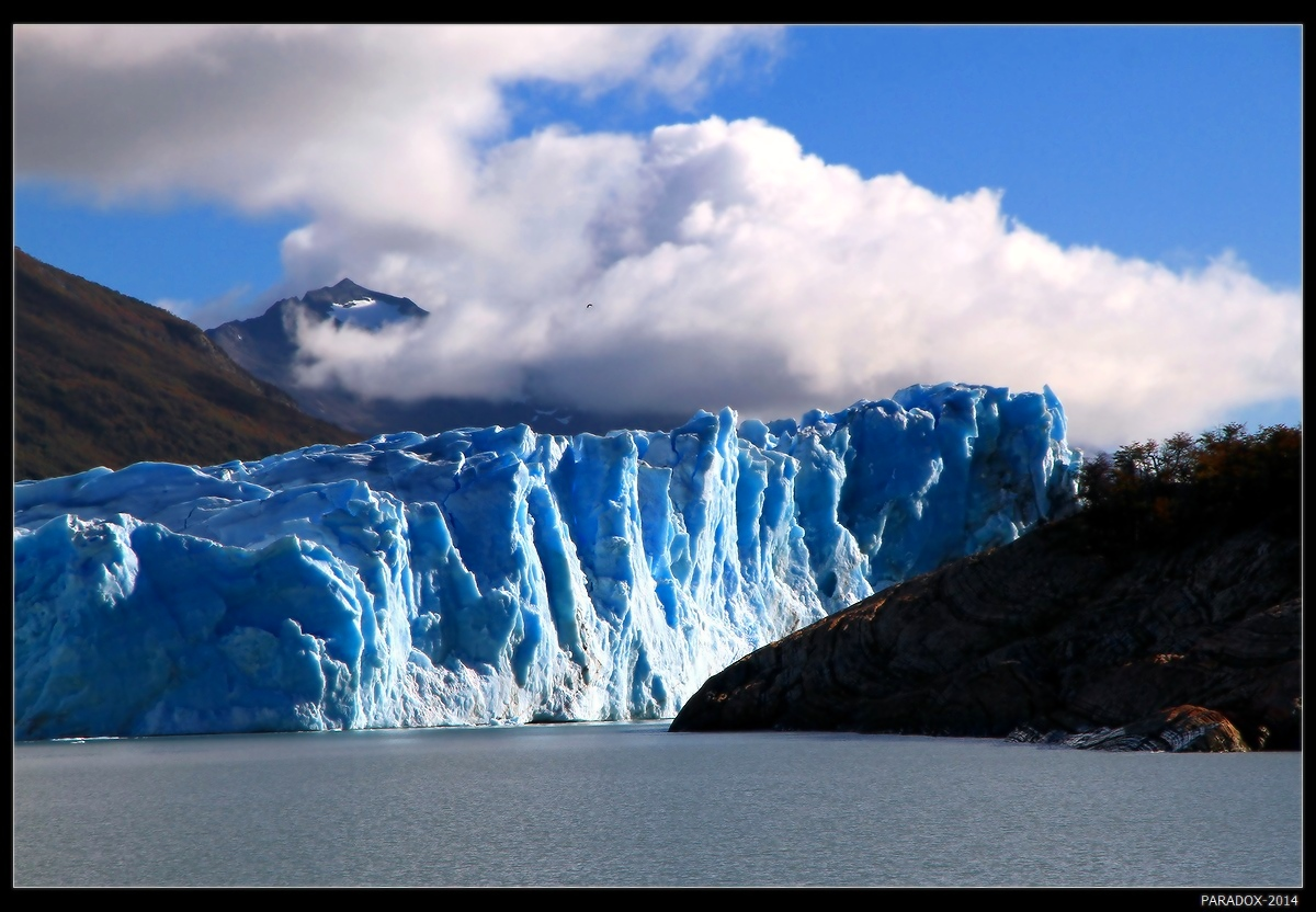 *  *  *Прощай, ледник лазурной краски,Плывешь, как флагман, сквозь века ...И нежно белые барашкиК тебе прильнули свысока ...*  *  *Аргентина, Патагония, ледник Перито-Морено