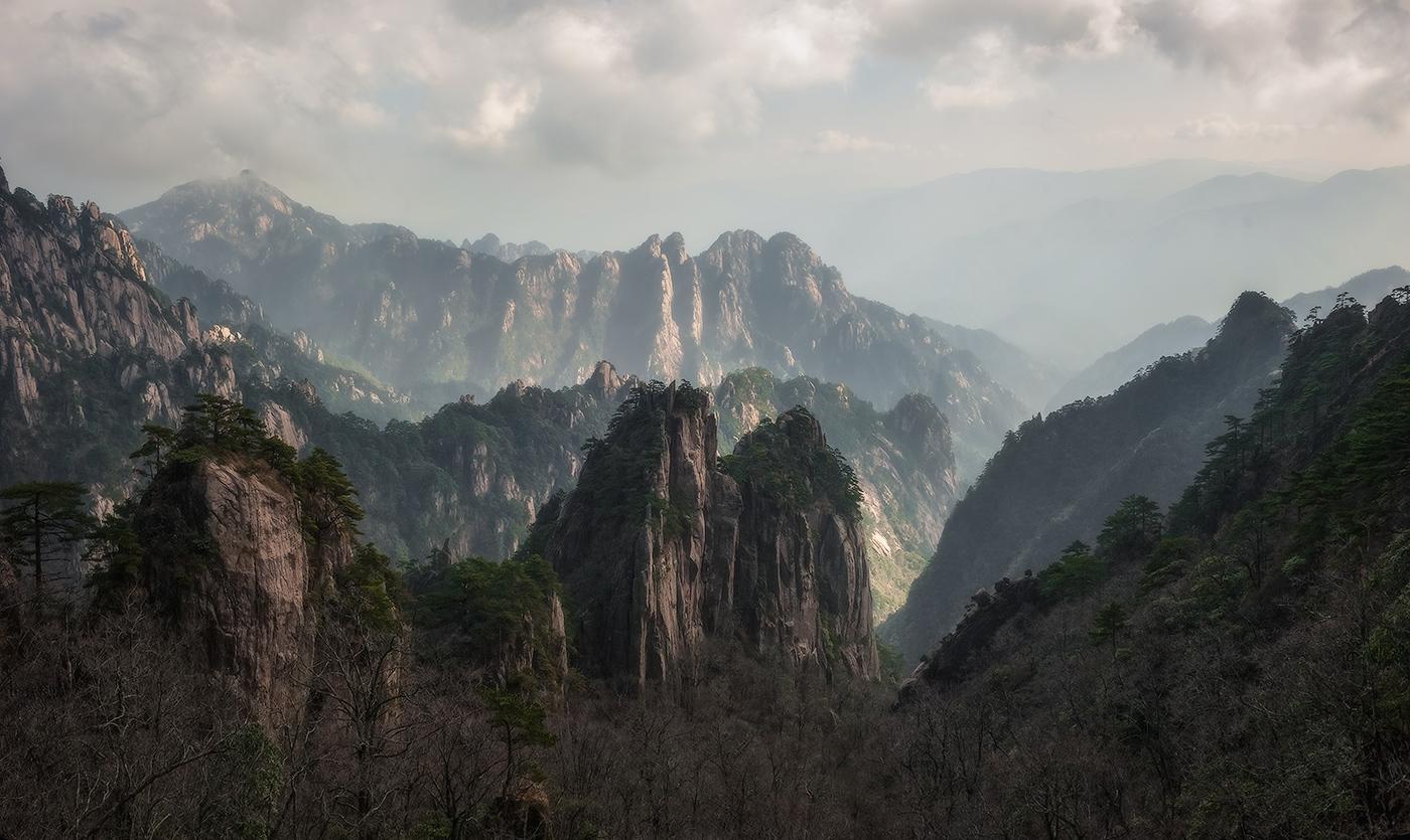 Район Желтых гор находится на востоке Китая в провинции Аньхой, примерно в 300 километрах к западу от Ханчжоу и 500 километрах к юго-западу от Шанхая. Живописный район Желтых гор расположен примерно в 50 километрах к северу от города Хуаншань.