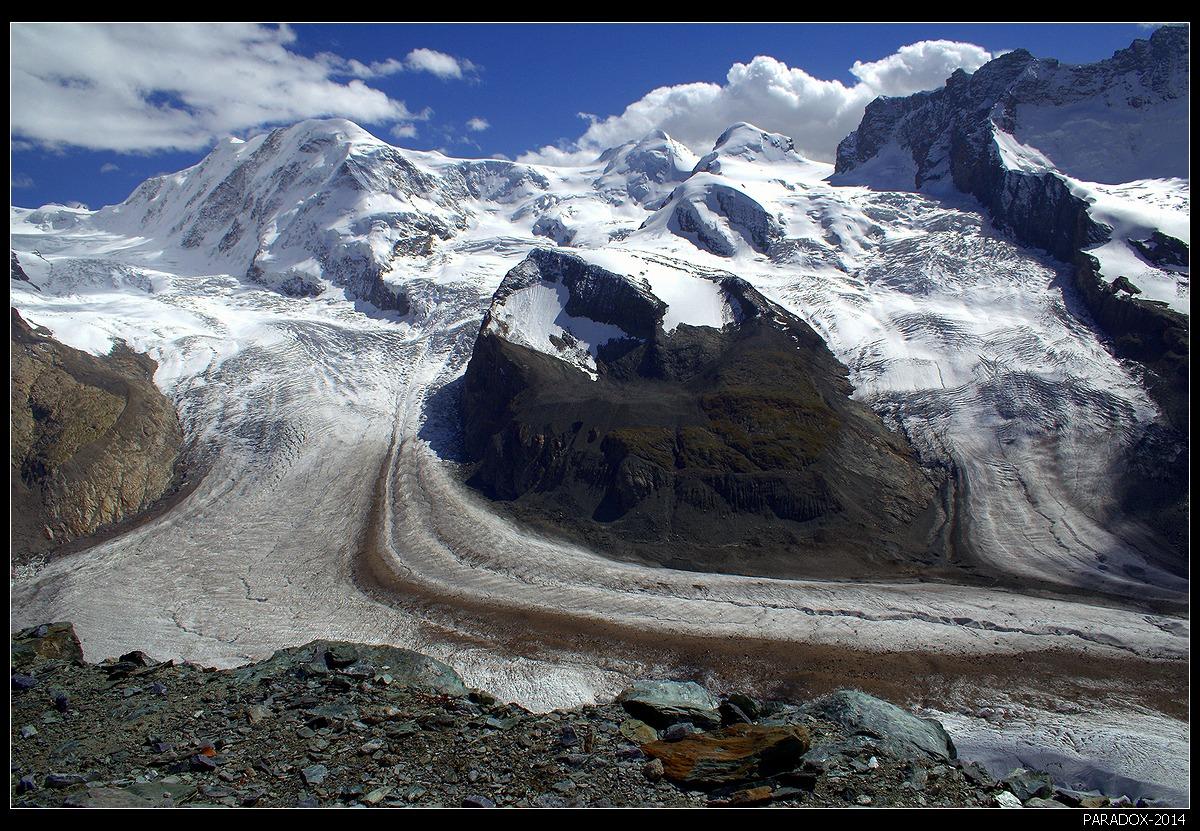 * * *Ледник Горнер - второй по размеру ледник в Альпах (после Алечского ледника), длина его 14 км, площадь 57 кв.км. На его площади может 28 раз разместиться такое государство, как Монако.  Особенностью ледника являются 8 сливающихся потоков, ведущих начало от массива Монте-Роза.* * *Швейцария, кантон Valais, Пеннинские Альпы, вид с высоты 3135 м.