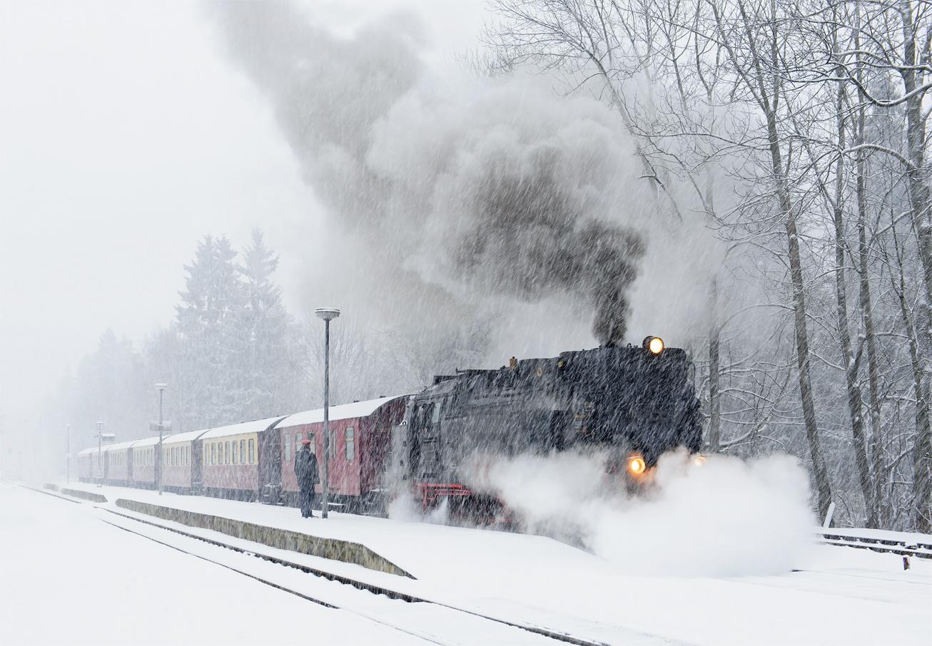 Узкоколейный поезд Брокенбан, управляемый старинным паровозом. Это единственный вид общественного транспорта, на котором можно подняться на гору Брокен.По легенде в ночь с 30 апреля на 1 мая на Брокене собираются ведьмы на празднование Вальпургиевой ночи, что нашло отражение в трагедии Гёте «Фауст».