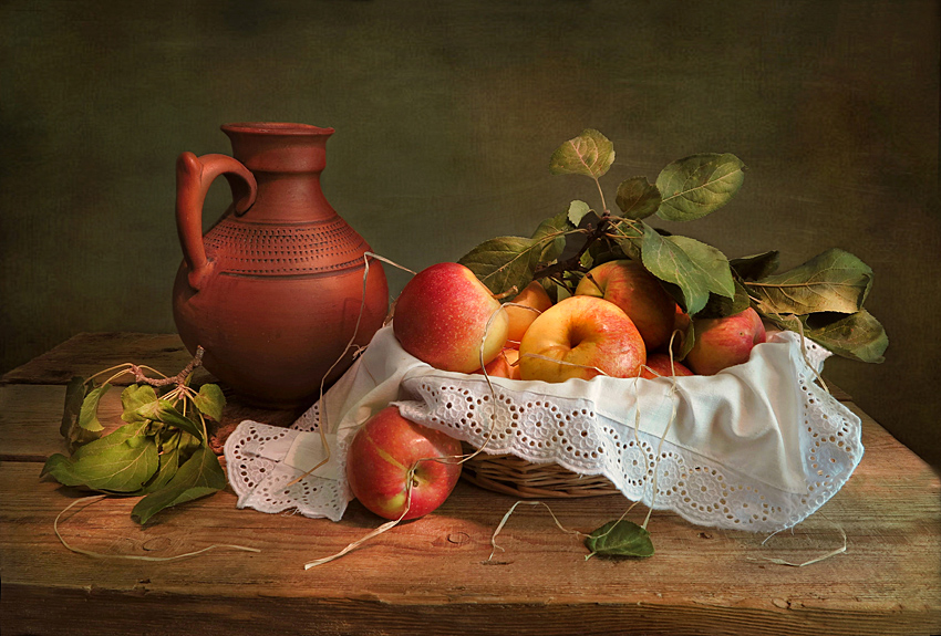 Яблоки,кувшин,салфетка,листья