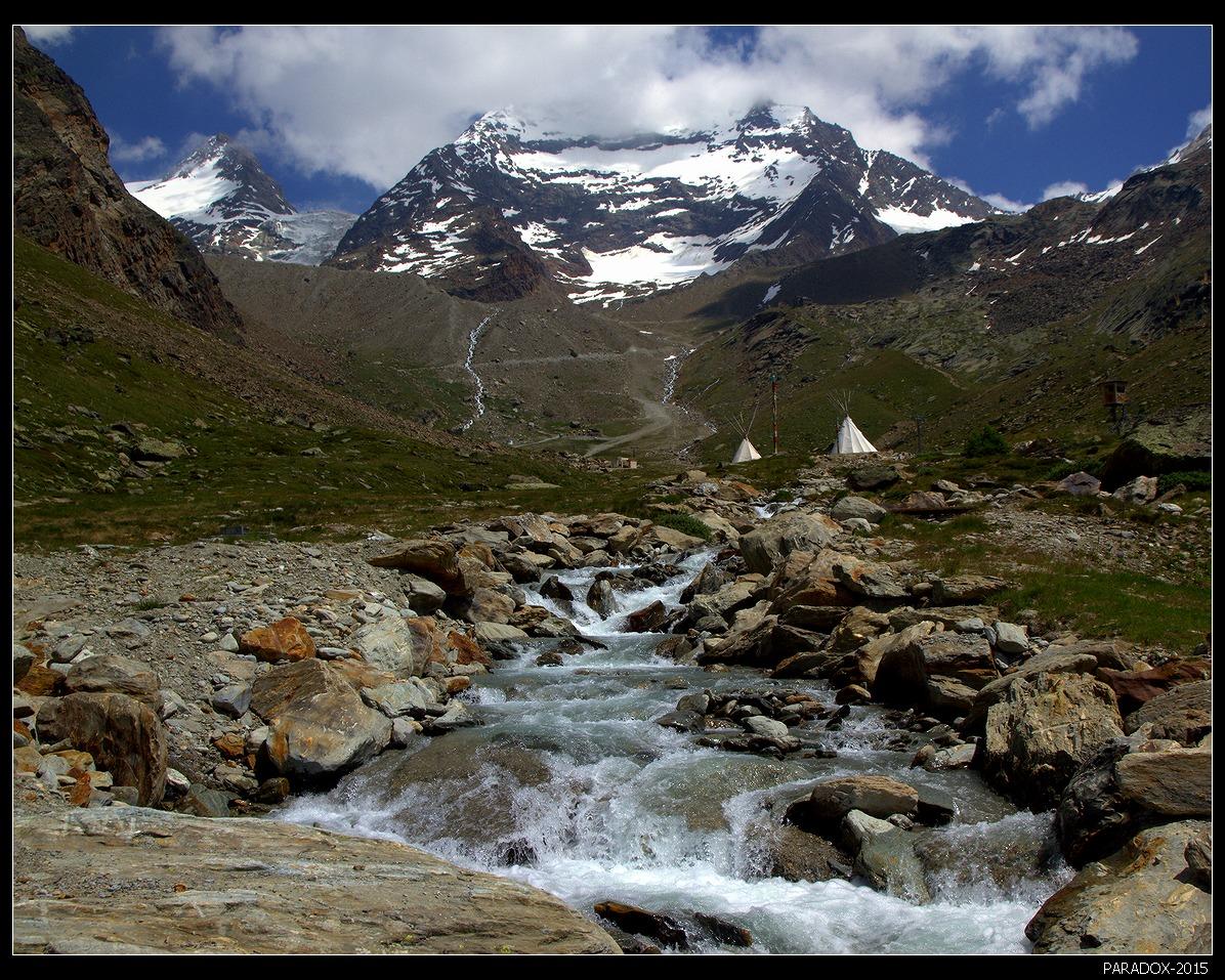 * * *Долина Саасталь окружена горами, 10 из которых превышают 4000 м.  Здесь вид на западную часть горы Лаггинхорн (4010 м) и ледник Лаггинхорнглетчер. Левее притаился пик Вайсмис (4017 м). В долине на высоте 2724 м расположен стартовый лагерь для классического восхождения по западному хребту. * * *Пеннинские Альпы, кантон Вале, Швейцария