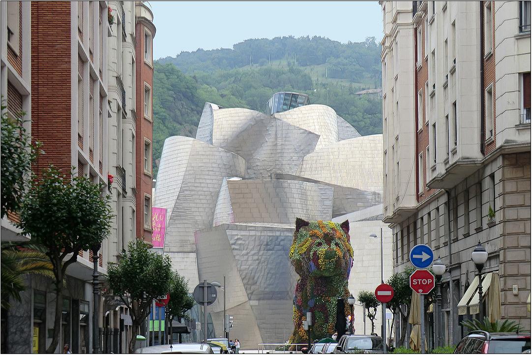 По мнению  ведущих мировых архитекторов, критиков и профессоров архитектуры музей Гуггенхайма в испанском Бильбао стал самым выдающимся архитектурным проектом в мире за последние 30 лет . Он построен в модном сейчас стиле деконструктивизма американо-канадским архитектором Фрэнком Гери. На его облицовку пошло почти 25 тысяч кв. метров титана- по этому показателю он безусловно самый выдающийся.