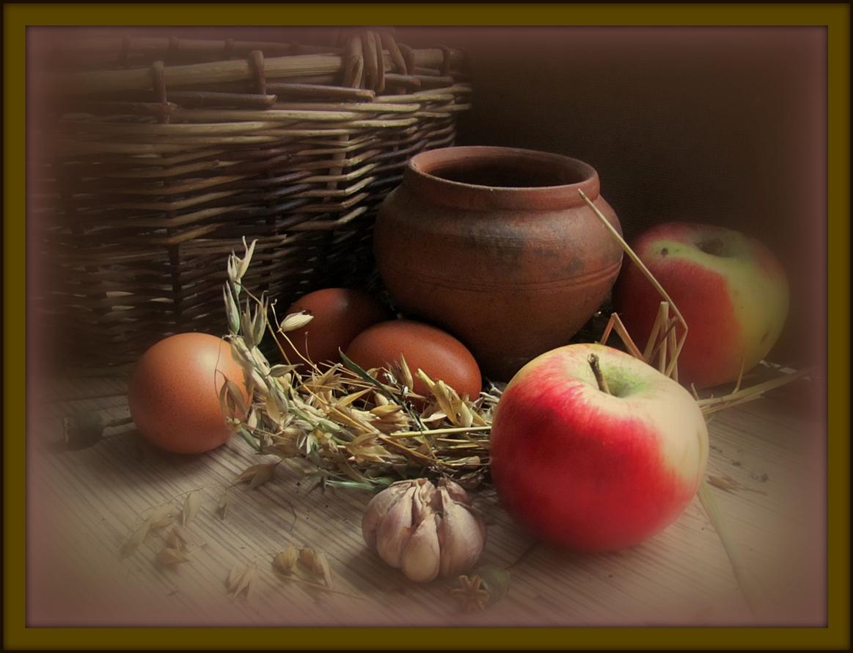 осенние яблоки с корзиной