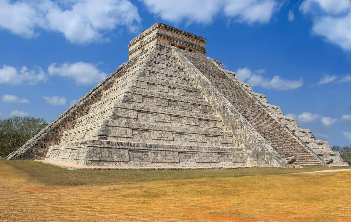 храмовое сооружение, уцелевшее среди руин древнего города майя Чичен-Ица в Мексике