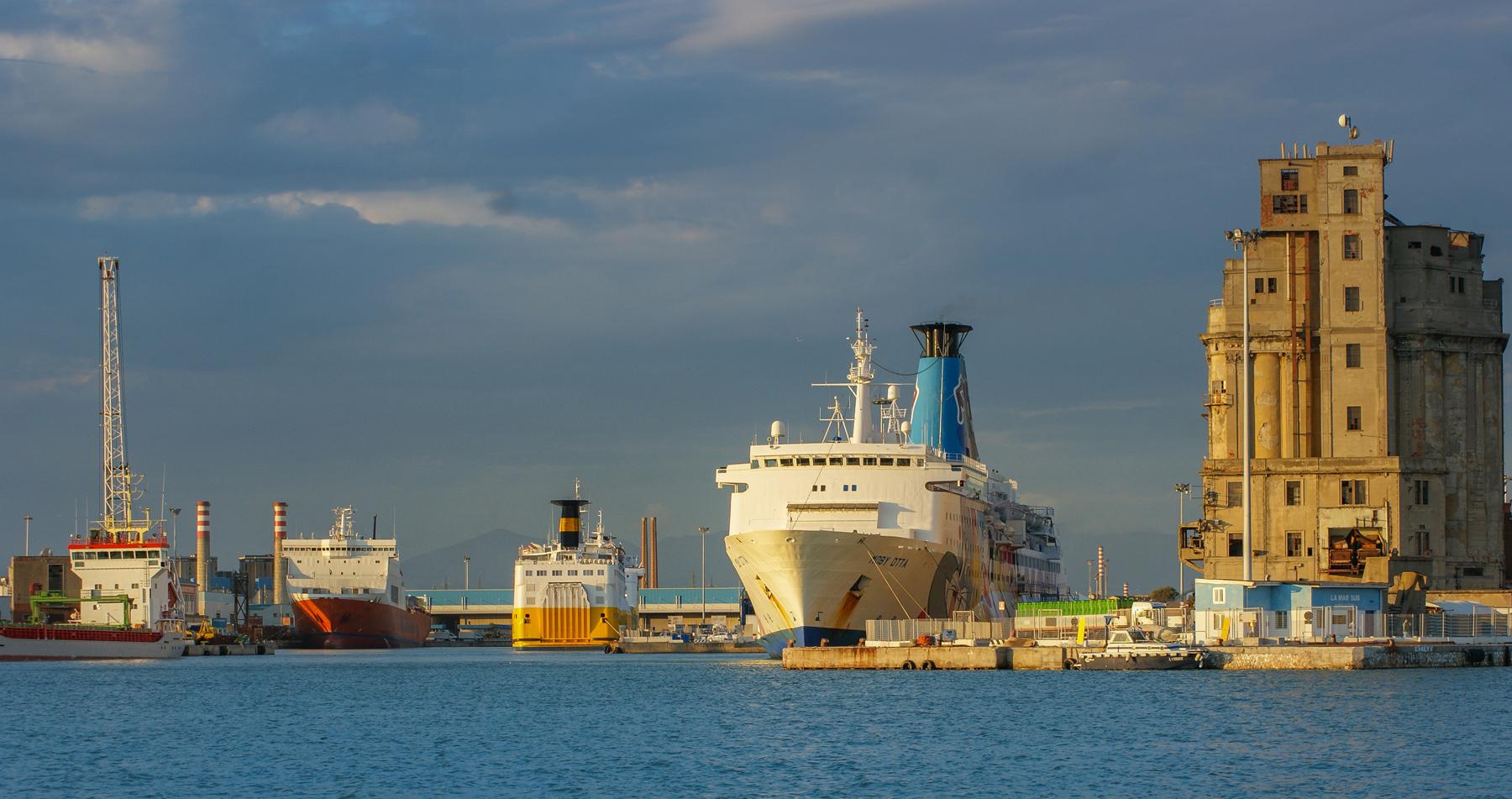 ...закат в порту г. Ливорно, Италия