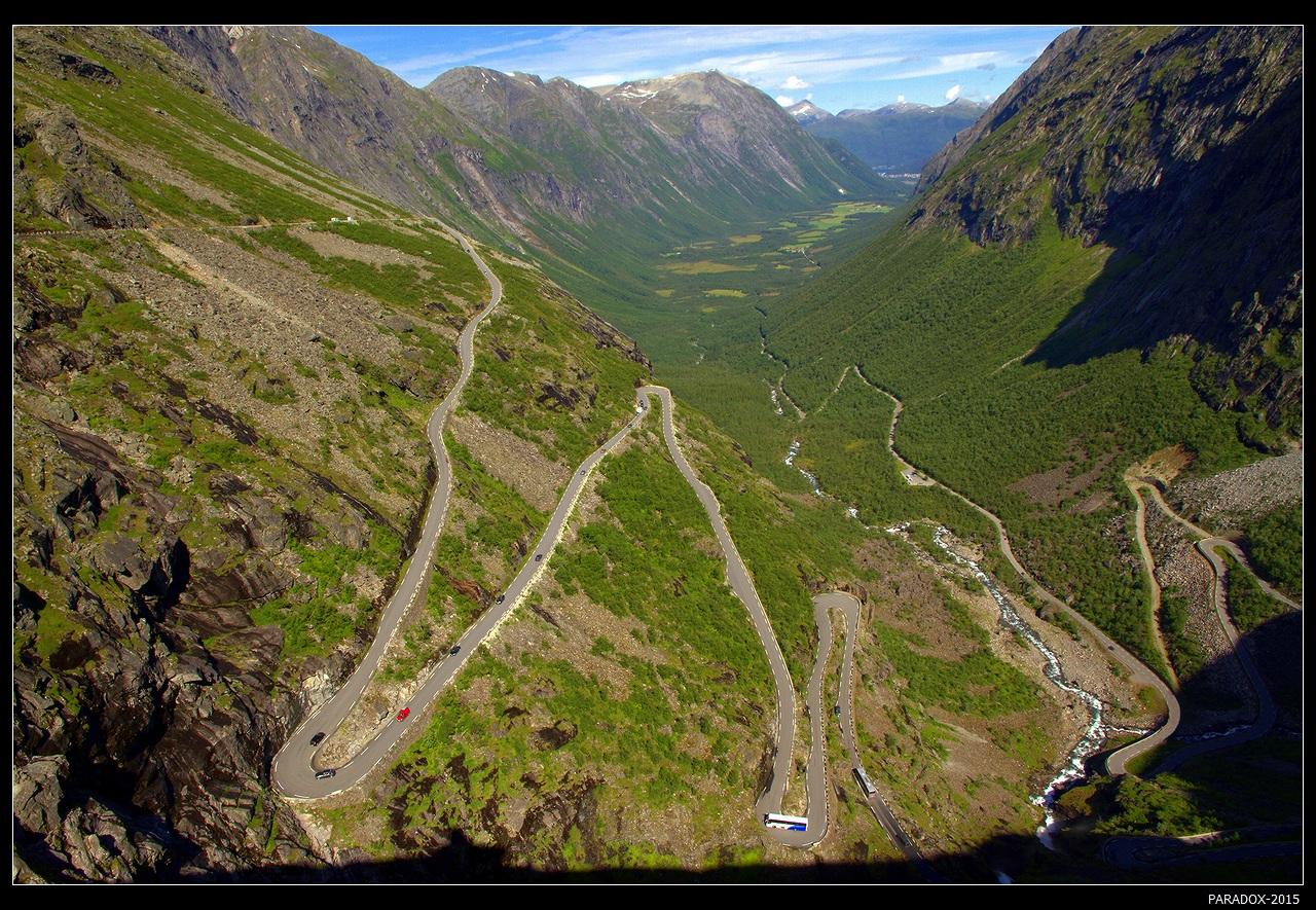 """* * *Дорога Троллей - вид с самой высокой точки """"Trollstigen"""". Дорога открыта с мая по октябрь (в зависимости от погоды даты могут сдвигаться). Местами уклон дороги составляет 10%, а ширина не более 3.3 метра. 11 крутых петель серпантина обеспечивают захватывающие виды на горы, долины и водопады ... * * *Север Западной Норвегии, провинция More og Romsdal"""