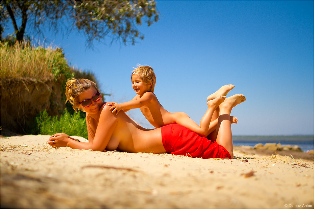 Модели: Карина и Алиска О. Древняя Греция, городской пляж портового городка Фанагория.пляж, море, мама, дочь, песок, лето, солнце, баунти, родители, дети, отдых, загар, путешествие