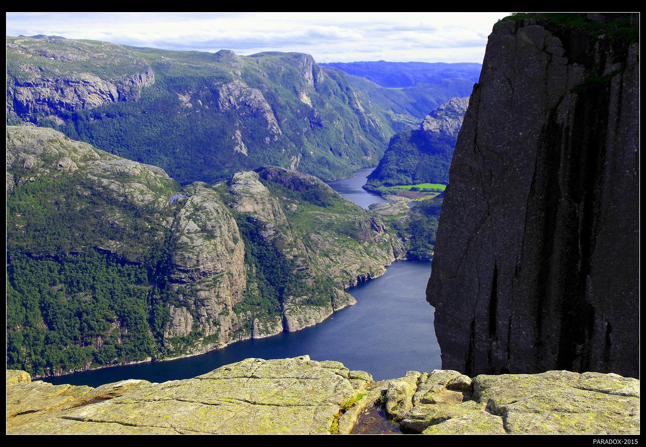 * * * Подъем на 604-метровую скалу Прекестулен (Кафедра проповедника) изобилует перевалами и крутыми тропами. Но сложность пути с лихвой компенсируется захватывающими видами ...* * * Люсе-фьорд и Прекестулен (Pulpit Rock), провинция Rogaland, Юго-западная Норвегия