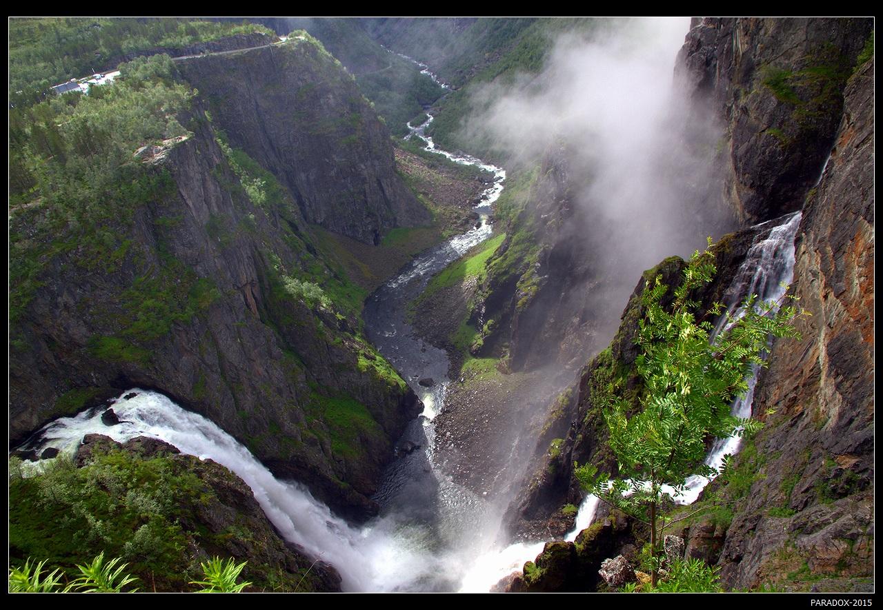 * * *При подходе вверх по склону к этому водопаду долгое время видны только его клубящиеся пары, и лишь с высшей точки под непрестанный шум потока можно увидеть его двурукую змею ...  А переводится его название с норвежского как уважаемый водопад.* * *Водопад Ворингсфоссен, плато Хардангервидда, Эйнфьорд, Норвегия.