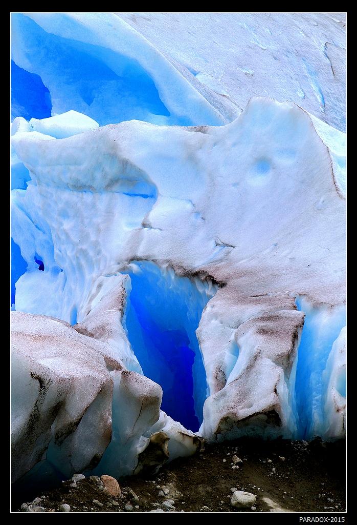 """* * *В отличие от аляскинских в Заливе Ледников, этот ледник можно потрогать. Причем сделать это можно без гида и спец. снаряжения. Для этого надо переправиться на лодке через озеро,  пройти вверх около часа по довольно крутому маршруту и, наконец, возле таблички с надписью """"Опасно ! Вход воспрещен !"""" (на норвежском и англ. языках) перелезть через невысокую двойную цепь, а оттуда уже спуск к леднику.* * *Ледник Нигардсбреен, Зап. Норвегия"""