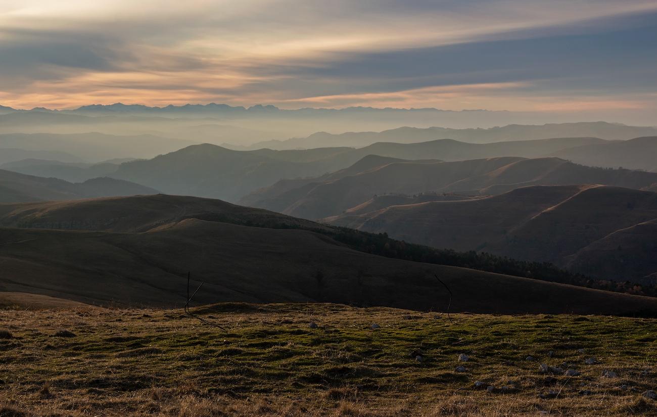 плато Гумбаши, Кавказские горы, на закате....