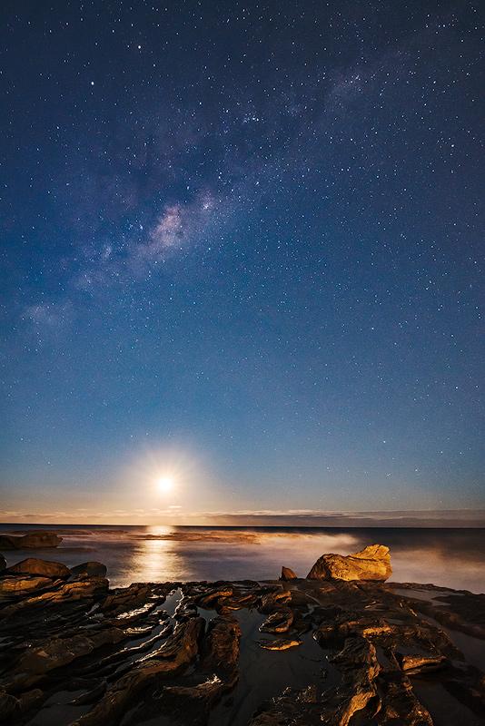 Морской пейзаж с восходом Луны (неполной) и млечным путём
